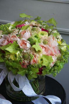 rose,ranunculus and scabiosa. Återanvända rosetten från inbjudan?