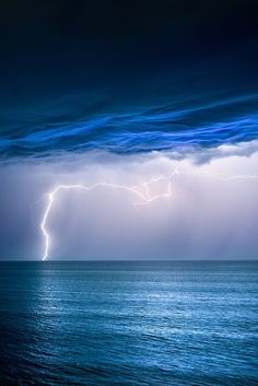 Lightning seen from Jindalee Beach, Western Australia (by Jordan Cantelo) All Nature, Amazing Nature, Science Nature, We Are The World, Wonders Of The World, Amazing Photography, Nature Photography, Lightning Photography, Velvet Sky