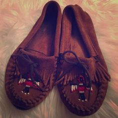 Minnetonka moccasin size 7? Everyone's favorite moccasin. No size listed but It measures 10 inches in length. All most certain it's a 7-7.5 Minnetonka Shoes