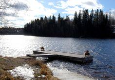 Ingmar Bergmans brygga. Här har mästerregissören spenderat ett flertal somrar. Här har han fiskat, badat och lekt som liten, och från bryggan ser man upp till huset på höjden som hans morfar lät bygga.