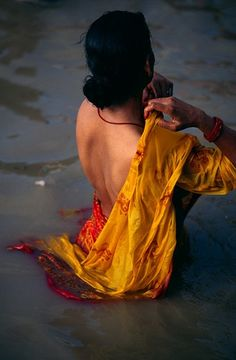 A female pilgrim bathing in the Ganges river in India. Photographed by Dariusz Klemens. This is a beautiful photograph.baby-sanyasi: A female pilgrim bathing in the Ganges river in India. Photographed by Dariusz Klemens. This is a beautiful photograph. World Photography, Street Photography, Travel Photographie, Mother India, Amazing India, Foto Art, People Of The World, India Beauty, Pilgrim