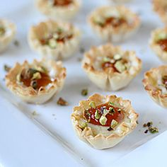 Brie and Apricot Phyllo Cups. Need an easy delicious and super quick appetizer? Make these Brie Apricot Pistachio Mini-Phyllo Cups! No Cook Appetizers, Finger Food Appetizers, Appetizers For Party, Appetizer Recipes, Snack Recipes, Snacks, Easter Appetizers, Roast Chicken And Rice, Chicken Rice