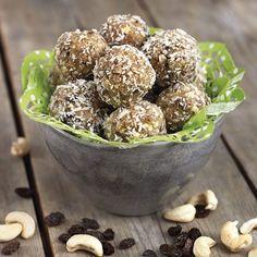 Små läckra bollar fyllda med cashewnötter och russin. Swedish Recipes, Raw Food Recipes, Lchf, Healthy Snacks, Almond, Paleo, Gluten, Sweets, Candy