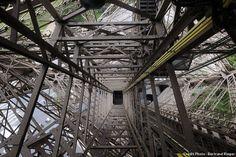 L'une des cages d'ascenseur de la tour Eiffel. Tour Eiffel, Bing Images, Tower, Paris, Building, Travel, Mountaineering, Elevator, Rook