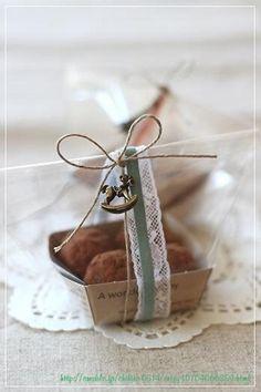 麻紐に、リボンとレースとアンティークなチャームをプラス。自家製の焼き菓子が、まるでお店の売り物みたい! Cake Packaging, Packaging Design, Small Coffee Shop, Cupcake Cakes, Cupcakes, Baking Business, Handmade Chocolates, Edible Gifts, Bake Sale