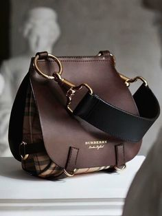 Find tips and tricks, amazing ideas for Burberry handbags. Discover and try out new things about Burberry handbags site Burberry Handbags, Leather Handbags, Burberry Bags, Burberry Outfit, Chanel Handbags, Leather Purses, Luxury Handbags, Purses And Handbags, Cheap Handbags