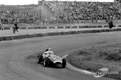Stirling Moss, Vanwall VW5  Photographer	LAT Images Taken	1958-05-26 Series	Formula 1 Event	Dutch GP Sub-event	Sunday race Track	Zandvoort Drivers	Stirling Moss (winner)