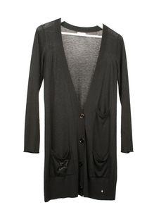 Cardigan negro de cashmere con bolsillos laterales y botones. Tiene un poco de «bolitas» naturales del tejido por su uso.