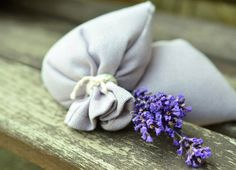DIY lavender sachets are SO easy to make and they make great gifts, birthday/shower/wedding favors or just because you want your panty drawer to smell good. Lavender Sachets, Lavender Flowers, Lavender Oil, Lavender Benefits, Pot Pourri, Floral Bodies, Bath Recipes, Body Powder, Odor Remover