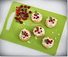 Gizi-receptjei.  Várok mindenkit.: Leveles tortácskák ribizlis-vaníliakrémmel. Cookies, Desserts, Food, Tarte Tatin, Crack Crackers, Tailgate Desserts, Deserts, Biscuits, Essen