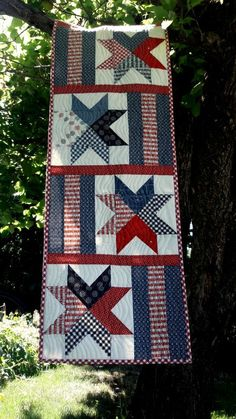 Graphic Design - Pattern Design Inspiration - Table runner pattern by Aunt Em's Quilts-- love those stars! Pattern Design : – Picture : – Description Table runner pattern by Aunt Em's Quilts– love those stars! Flag Quilt, Patriotic Quilts, Star Quilts, Mini Quilts, Scrappy Quilts, Star Quilt Blocks, Sampler Quilts, Plus Forte Table Matelassés, Quilting Projects