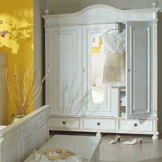 Landhaus Kleiderschrank Antik weiß leicht vanillefarben