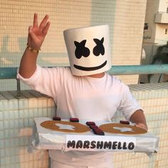 Inspiration & accessories for your DIY Marshmello halloween costume idea Marshmallow Halloween Costume, Halloween Costumes Kids Boys, Halloween Photos, Halloween Diy, Halloween 2020, Dj Marshmello Costume, Marshmello Helmet, Homemade Minion Costumes, Diy Costumes