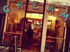 Cream Coffee Shop, 50, rue de Belleville, Paris 20e /  Du lundi au vendredi, de 7h30 à 18h30 (fermé le mardi)  Samedi & dimanche, de 8h30 à 19h30 /  Café à partir de 2,30€