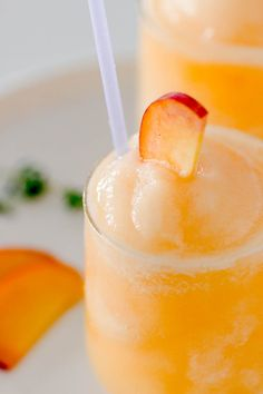 Frozen Peach Bellini Cocktail – Light, refreshing and super easy to make! This e… Frozen Peach Bellini Cocktail – Light, refreshing and super easy to make! This elegant cocktail slush will be a hit for any summer party. Limoncello Cocktails, Beste Cocktails, Cocktail Bellini, Cocktail Drinks, Cocktail Movie, Cocktail Sauce, Cocktail Attire, Peach Drinks, Cocktail Shaker