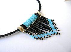 Ce collier de perles est parfait pour montrer votre style sud-ouest !    Enfilées sur lanière daim noir simple, cette perle perles tissé a