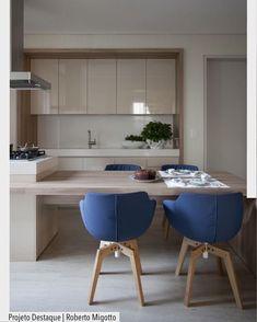 """1,942 curtidas, 13 comentários - ArquiteturadeCoração (@arquiteturadecoracao) no Instagram: """"Apaixonada por esta combinação da cozinha neutra em madeira e off White e as cadeiras em azul. …"""""""