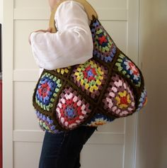 Martha Bag Crochet Bag with Granny Squares easy and sweet! - http://liliacraftparty.blogspot.ca/2017/02/martha-bag-crochet-bag-with-granny.html