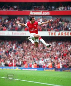 I say that looks an enormously high jump to me? Football Icon, Football Soccer, Soccer Stars, Sports Stars, Arsenal Fc, The Sporting Life, Robin Van, Van Persie, Action Photography