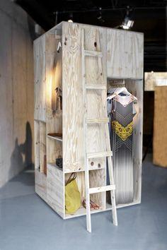 Des cabines téléphoniques dans structures de bois, mobiles. Et l'extérieur on s'en sert pour accrocher des trucs.