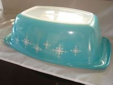 Rare turquoise Pyrex - sold on ebay for $1,125!!! Vintage Kitchenware, Vintage Dishes, Vintage Glassware, Vintage Pyrex, Vintage Appliances, Antique Dishes, Vintage Decor, Vintage Items, 1950s Decor