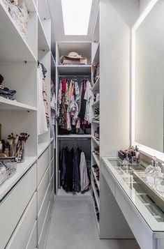 Closet feminino: 60 propostas para organizar as roupas com estilo - Claire C. Closet feminino: 60 propostas para organizar as roupas com estilo - Walk In Closet Small, Walk In Closet Design, Small Closets, Closet Designs, Small Bedrooms, Long Narrow Closet, Modern Teen Bedrooms, Walk Through Closet, Wardrobe Design Bedroom