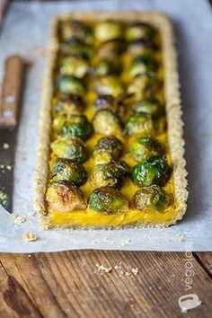 Crostata salata vegan ai cavoletti di Bruxelles e crema di batate
