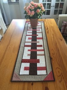 Quilted Table Runners Christmas, Patchwork Table Runner, Christmas Runner, Table Runner And Placemats, Table Runner Pattern, Christmas Quilting, Christmas Tables, Table Topper Patterns, Quilted Table Toppers