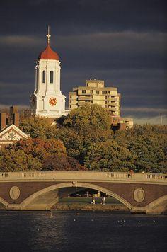 ✮ View of Harvard University behind a bridge crossing the Charles River - Boston