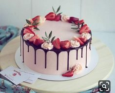 Dose today's recommendation give you some inspiration? Desserts always bring people a good mood. Take advantage of the summer afternoon, invite family and friends to enjoy Strawberry Cake! Cake Recipes, Dessert Recipes, Strawberry Cakes, Strawberry Cake Decorations, Strawberry Birthday Cake, Chocolate Strawberry Cake, Cake Decorating With Strawberries, Chocolate Covered Strawberries Cake, Chocolate Drip Cake