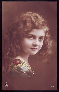 BEAUTIFUL LITTLE GIRL VINTAGE PHOTOGRAPH POSTCARD Raised Dots