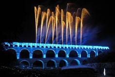 Soirée pyrotechnique au pont du gard par le groupe F Pont Du Gard, Places Worth Visiting, Roman Architecture, Tours France, Where To Go, Marina Bay Sands, Fireworks, Trip Planning, Provence