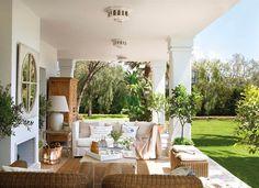 porche-chimenea-zona-estar-sofa-blanco-butacas-mimbre_1000x725_d7ba0635.jpg 1.000×725 pixels