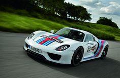 Die Fahr-Erprobung des Porsche 918 Spyder geht in die nächste Phase. Wie bei der Abstimmung aller Porsche-Fahrzeuge ist die 20,8 Kilometer lange Nordschleife des Nürburgrings mit ihren zahlreichen Kurven und selektiven Passagen auch ein fester Bestandteil des Test-Programms für den 918 Spyder. http://www.autonachrichten.de/2012/07/31/918-spyder-martini-design.html