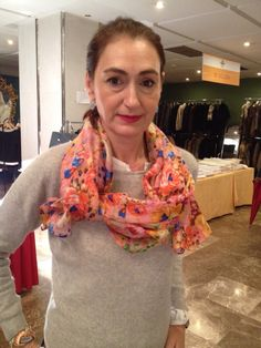 AMIGAS CON FULARES SEDAJULUNGGUL  www.julunggul.com Silk scarves JULUNGGUL