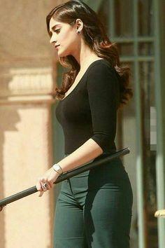 Ileana d cruz ♥♥♥ Most Beautiful Bollywood Actress, Indian Bollywood Actress, Bollywood Actress Hot Photos, Bollywood Girls, Beautiful Actresses, Bollywood Heroine, Bollywood Pictures, Bollywood Stars, South Indian Actress Photo