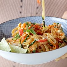 Rainbow Vegetarian Pad Thai with a simple Pad Thai sauce made from five ingredients - . - Rainbow Vegetarian Pad Thai with a simple Pad Thai sauce made from five ingredients – … # - Veggie Recipes, Asian Recipes, Cooking Recipes, Healthy Recipes, Diet Recipes, Diet Meals, Simple Recipes, Spiralizer Recipes Vegetarian, Easy Veggie Meals