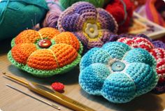 Crochet pin cushions. Pattern is available from Raverly.com and there is an English version.