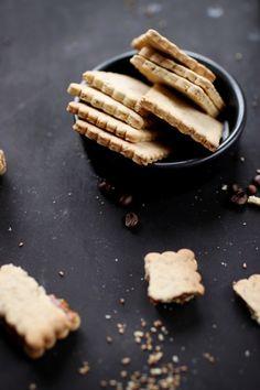 Biscuits sablés aux graines de sésames Cookie Bars, Cinnamon Sticks, Truffles, Crackers, Macarons, Food Inspiration, Tea Time, Cheesecake, Brunch