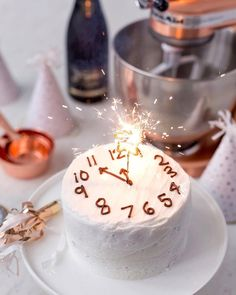 Celebrate New Year's Eve with festive food & drinks. Here are New Year's Eve Party Food Ideas & recipes including appetizers, drinks & desserts recipes. Sylvester Buffet, Holiday Treats, Holiday Recipes, Dessert Nouvel An, New Years Eve Dessert, New Years Eve Cake Recipe, New Years Eve Drinks, Party Mottos, New Year's Desserts