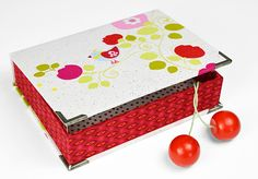 Quilted box for accessories made of red and white fabrics