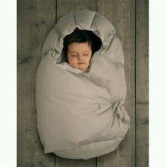 """""""NIDO D'ANGELO"""" sacco (bozzolo) caldissimo che protegge dal freddo i bambini di età compresa fra gli 0 e i 4 mesi. Il tessuto è cotone 100%, l'imbottitura è composta per il 93% da piuma d'oca , caratteristica che lo rende leggerissimo da indossare ma allo stesso tempo molto caldo. Ed è anche anallergico . Trovo inoltre che, rispetto lle tutine intere è molto più semplice da far indossare al neonato. E' disponibile in 3 colori: ecru, grigio chiaro e viola. Costa 138€ e lo potete acquistare…"""