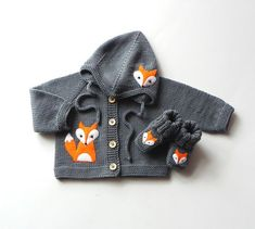 Grey baby set fox baby set merino wool baby outfit MADE TO ORDER Very cute baby set (jacket + hat + booties) with fox design. This set is soft and thin but warm. Perfect for spring/autumn season even more for cold - Cute Adorable Baby Outfits Baby Knitting Patterns, Baby Boy Knitting, Hand Knitting, Baby Set, Fox Baby, Baby Baby, Baby Hoodie, Fuchs Baby, Very Cute Baby