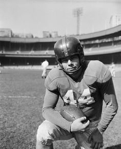Kyle Rote, halfback for the New York Giants October 24, 1951 at the Polo Grounds in New York...that's funny, baseball team also called N.Y. Giants played there too...