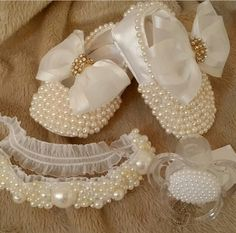 How to make baby shoes with pearls? Baby Boots, Baby Girl Shoes, Kids Mode, Baby Bling, Camo Baby, Baby Baptism, Christening Gowns, Baby Boutique, Baby Accessories