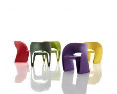 Krzesło o zapętlonej linii, wijącej się jak wstążka, czy raczej smakowite nadziewane raviolo a może tortellini? Fotel niejako wyciśnięty z polipropylenu, o subtelnie nadmuchanej formie, która podkreślona jest delikatnym prążkowaniem po obu stronach wstęgi.   Ron Arad dla marki MAGIS