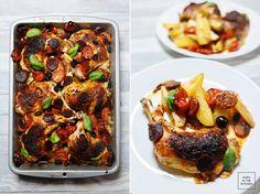 Udka z kurczaka pieczone na blaszce, z warzywami, na sposób hiszpański. Pełny obiad z piekarnika.