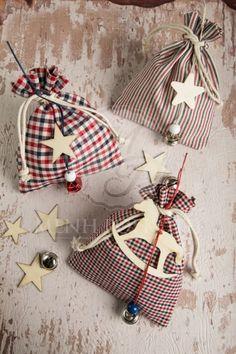 Χριστουγεννιάτικες μπομπονιέρες βάπτισης για αγόρι καρό υφασμάτινα πουγκάκια με ξύλινα διακοσμητικά αστεράκια και αλογάκι