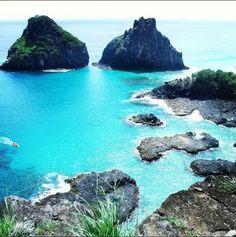 Dica de Destino. Fernando de Noronha é uma boa dica de destino para que gosta de pegar boas ondas e ainda curtir uma linda paisagem. Foto: Rafaella Pessoa .