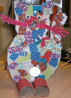 Knutselen van een lapjes kat. De kleuters kleven stofjes op een hard stevig karton. De kleuters schilderen een keukenrol. Later de kat op de keukenrollen zetten. Door een snee te maken in de keukenrol kan het karton er tussen. Most Beautiful Pictures, Cool Pictures, Crafts For Kids, Arts And Crafts, More Fun, Presents, School, Carton Box, Craft Work